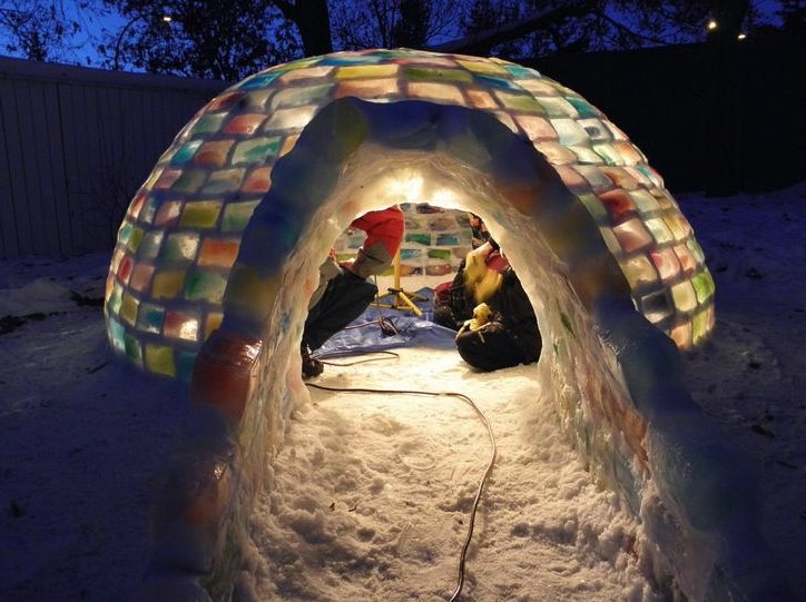 Le couple construit un igloo en briques de lait et quand for Interieur igloo
